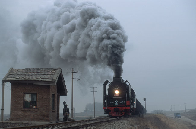 An early morning, QJ 6429 thunder trough a station along the line Pucheng - Baishui.
